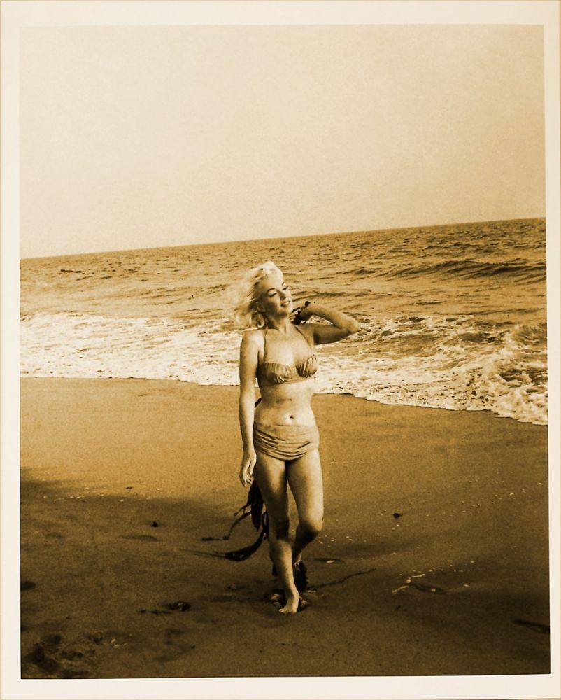 Marilyn Monroe While Walkinh On The Beach, Marilyn Monroe, Poster Satış, all posters, kanvas tablo, canvas print sales