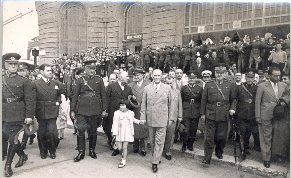 Mustafa Kemal Atatürk, Küçük Ülkü ile Yürürken, Mustafa Kemal Atatürk, Poster Satış, all posters, kanvas tablo, canvas print sales