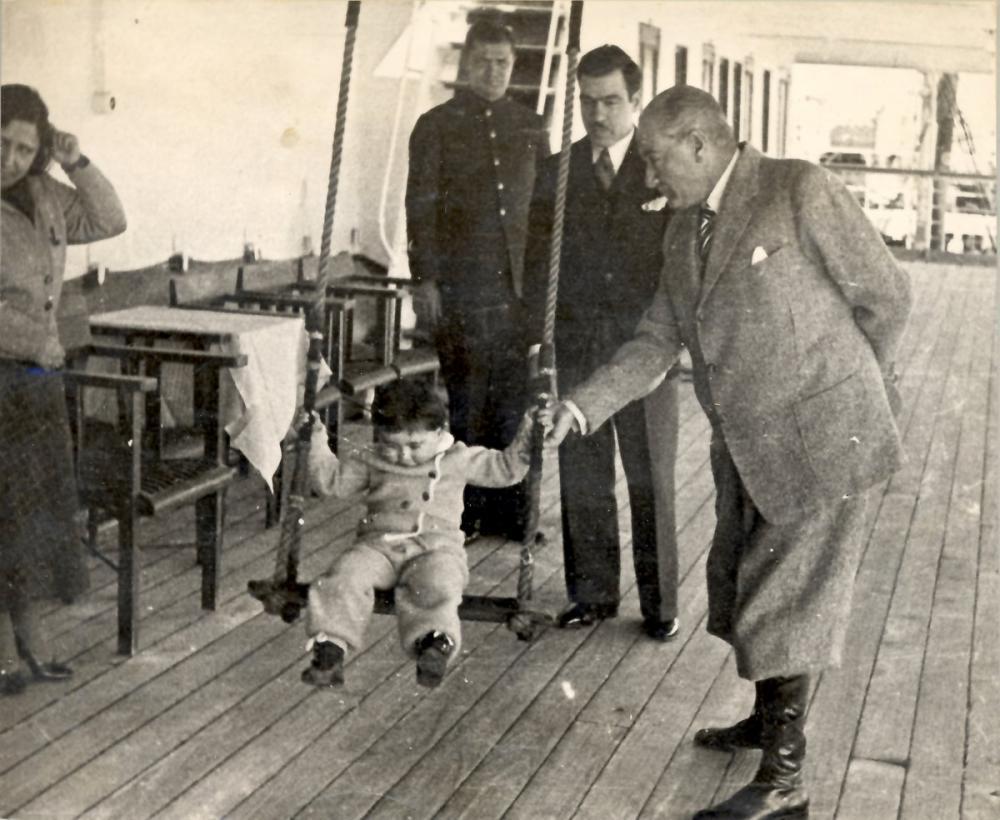 Mustafa Kemal Atatürk, Küçük Kız Ülkü ile Salıncakta Sallanıyor, Mustafa Kemal Atatürk, Poster Satış, all posters, kanvas tablo, canvas print sales