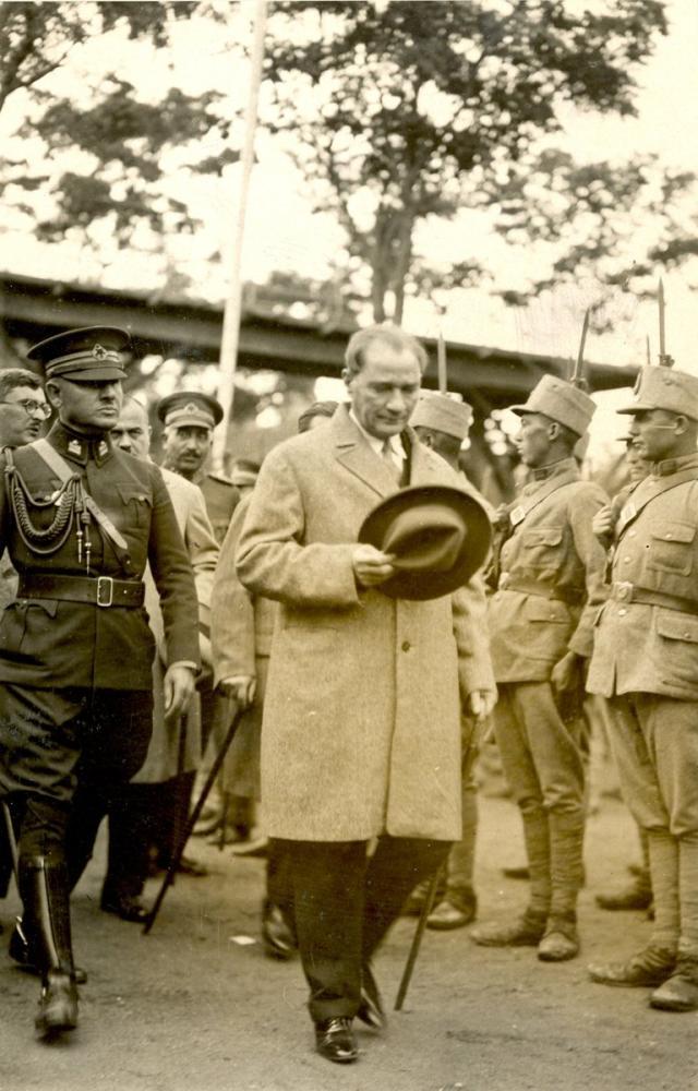 Mustafa Kemal Atatürk Greets the Soldiers, Mustafa Kemal Atatürk, Poster Satış, all posters, kanvas tablo, canvas print sales