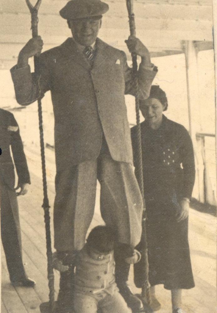 Mustafa Kemal Atatürk, Kalamış Swings on the Swing with Little Girl Ülkü on the Steamboat 1924, Mustafa Kemal Atatürk, Poster Satış, all posters, kanvas tablo, canvas print sales