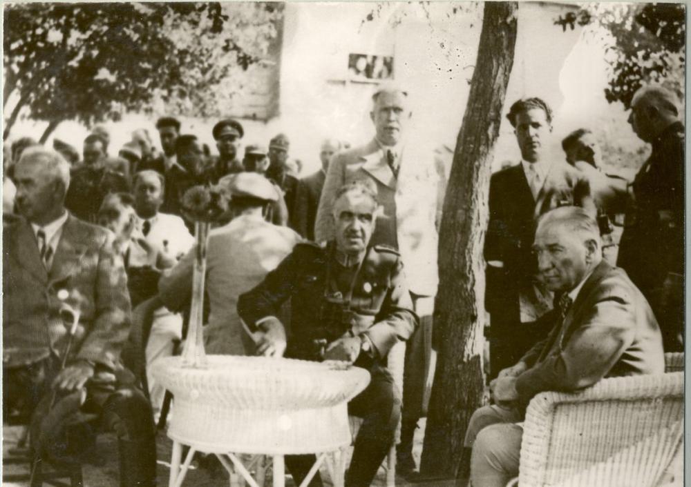 Mustafa Kemal Atatürk, Gölgede Otururken, Mustafa Kemal Atatürk, Poster Satış, all posters, kanvas tablo, canvas print sales