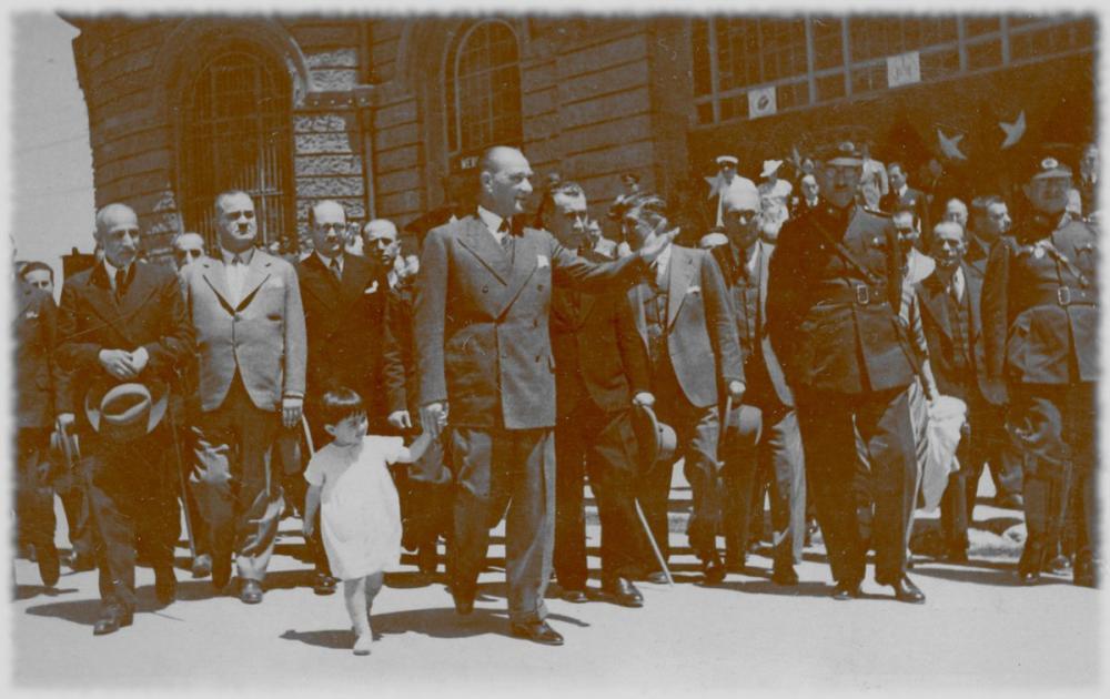 Mustafa Kemal Atatürk, Little Girl Walks in Front of a Delegation, Mustafa Kemal Atatürk, Poster Satış, all posters, kanvas tablo, canvas print sales