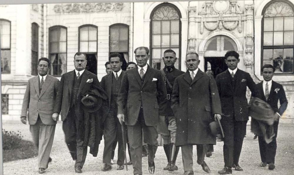 Mustafa Kemal Atatürk, Dolmabahçe Avlusunda, Mustafa Kemal Atatürk, Poster Satış, all posters, kanvas tablo, canvas print sales