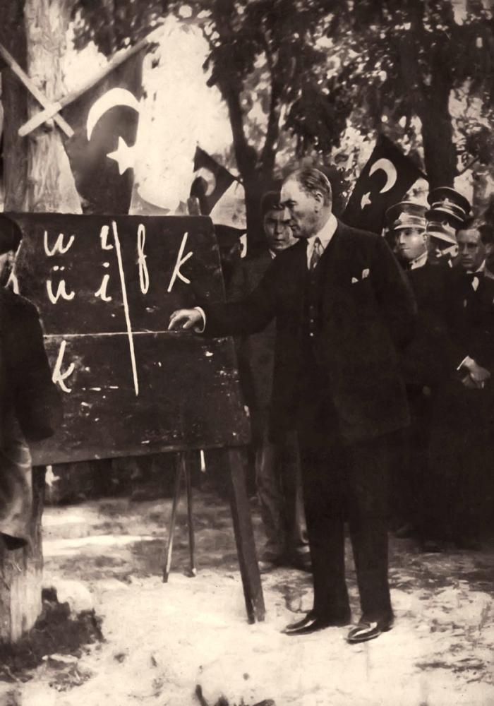 Mustafa Kemal Atatürk, Harf İnkılabı, Yeni Alfabeyi Öğretirken, Harf Deviri, Mustafa Kemal Atatürk, Poster Satış, all posters, kanvas tablo, canvas print sales