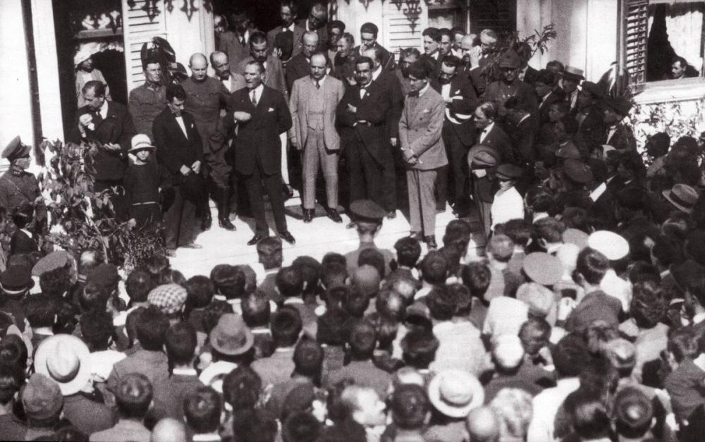 Mustafa Kemal Atatürk, Bursa Gezisi Hünkâr Köşkü Önünde Halka Konuşma Yaparken 28 Eylül 1925, Mustafa Kemal Atatürk, Poster Satış, all posters, kanvas tablo, canvas print sales
