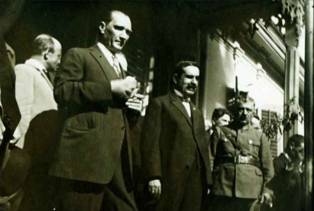 Mustafa Kemal Atatürk on the Stairs of a Building, Mustafa Kemal Atatürk, Poster Satış, all posters, kanvas tablo, canvas print sales