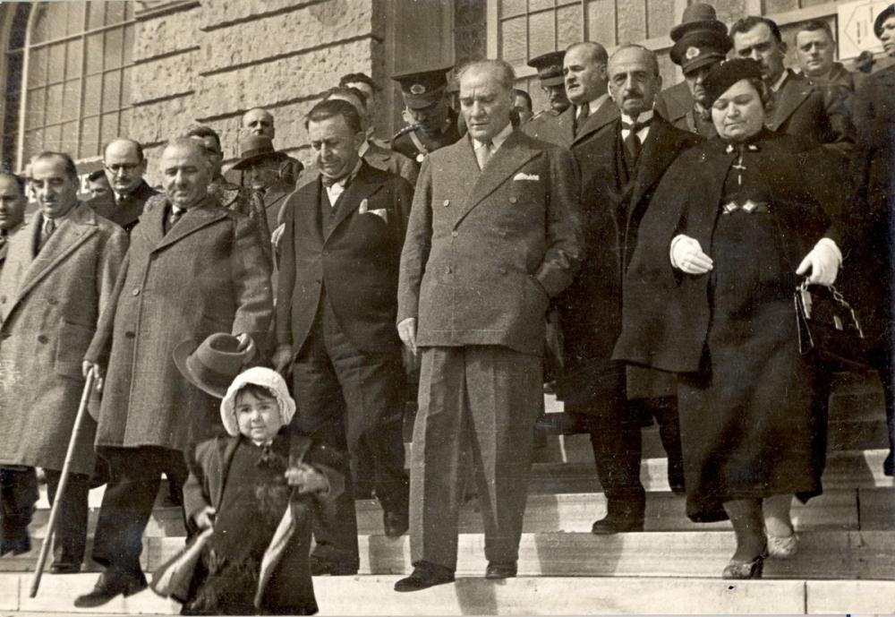 Mustafa Kemal Atatürk on the Stairs with Little Girl Ülkü, Mustafa Kemal Atatürk, Poster Satış, all posters, kanvas tablo, canvas print sales