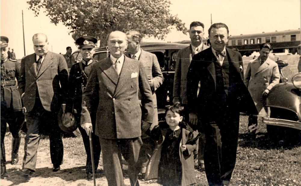 Mustafa Kemal Atatürk, Küçük Kız Ülkü ve Şükrü Kaya ile Fenerbahçede, Mustafa Kemal Atatürk, Poster Satış, all posters, kanvas tablo, canvas print sales