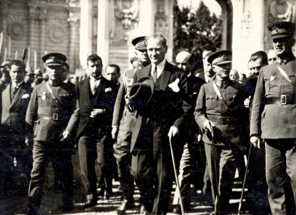Mustafa Kemal Atatürk, Dolmabahçe de Komutanlarla Yürürken, Mustafa Kemal Atatürk, Poster Satış, all posters, kanvas tablo, canvas print sales
